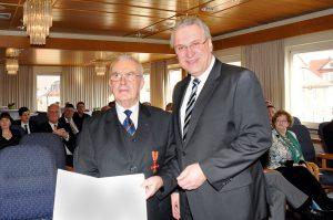 Innenminister Joachim Herrmann überreicht Dr.Gerhard Beuschel das Bundesverdienstkreuz am Bande.